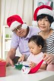 Asiatiska tusen dollarföräldrar med storslagen daugther Fotografering för Bildbyråer