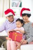 Asiatiska tusen dollarföräldrar med storslagen daugther Royaltyfria Bilder