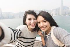 Asiatiska unga flickor tar en selfie Royaltyfria Foton