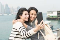 Asiatiska unga flickor tar en selfie Arkivfoton
