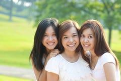 Asiatiska unga härliga vänner Royaltyfria Bilder