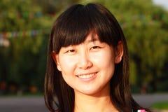asiatiska unga ståendekvinnor Royaltyfri Foto