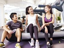 Asiatiska ungdomarsom pratar i idrottshall Arkivfoton