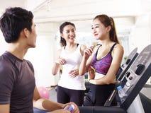 Asiatiska ungdomarsom pratar i idrottshall Royaltyfri Bild