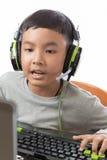 Asiatiska ungelekdataspelar och samtal med vännen Arkivfoto