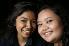 asiatiska vänner som ler två royaltyfri bild