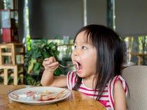Asiatiskt äta för flickabarn Royaltyfri Bild