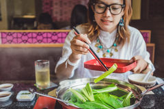 Asiatiskt äta för kvinnor Royaltyfri Fotografi