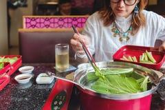 Asiatiskt äta för kvinnor Arkivfoto