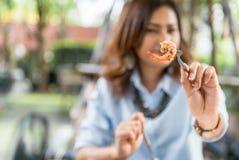 Asiatiskt äta för kvinnor som är läckert Royaltyfri Bild