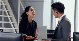 Asiatiskt affärsfolk att diskutera om rapport stock video