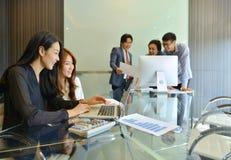 Asiatiskt affärsfolk som diskuterar med de royaltyfri bild