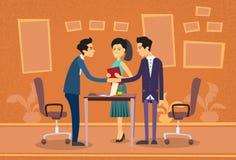 Asiatiskt affärsfolk som möter lägenheten för skrivbord för affärsmanShake Hand Discussing kontor stock illustrationer