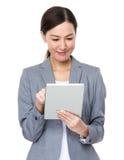 Asiatiskt affärskvinnabruk av den digitala minnestavlan Royaltyfria Bilder