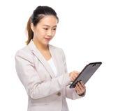 Asiatiskt affärskvinnahandlag på den digitala minnestavlan Arkivbilder