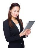 Asiatiskt affärskvinnahandlag på den digitala minnestavlan Royaltyfri Fotografi