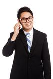 Asiatiskt affärsmanleendesamtal på mobiltelefonen Arkivfoto
