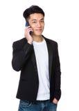 Asiatiskt affärsmansamtal till mobiltelefonen Royaltyfri Bild