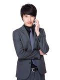 Asiatiskt affärsmansamtal till mobiltelefonen Royaltyfria Bilder