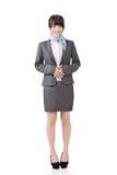 Asiatiskt anseende för affärskvinna med händer på buken royaltyfri foto