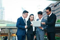 Asiatiskt arbete för affärsgruppmöte royaltyfria bilder