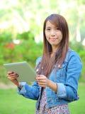 asiatiskt barn för PCtabletkvinna Royaltyfria Bilder