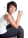 asiatiskt barn för utgångspunkt för avbrottsaffärskvinnakaffe Arkivfoto