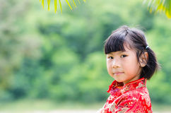Asiatiskt barn i cheongsam för traditionell kines arkivbilder
