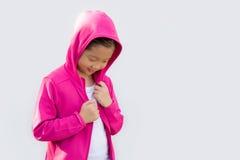 Asiatiskt barn i tröjan som isoleras på vit Royaltyfria Bilder