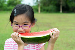 Asiatiskt barn som äter vattenmelon Arkivfoto