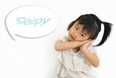 Asiatiskt barn som lägger hennes huvud på henne händer Arkivbilder