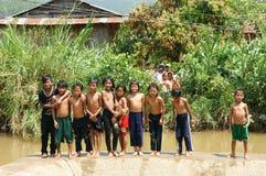 Asiatiskt barnbad i floden Arkivfoton