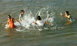 Asiatiskt barnbad på den vietnamesiska floden Royaltyfri Fotografi