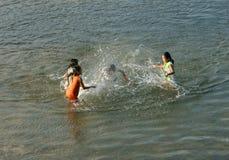 Asiatiskt barnbad på den vietnamesiska floden Royaltyfria Bilder