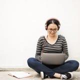 Asiatiskt begrepp för livsstil för kvinnaanslutningsteknologi arkivbild