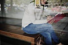 Asiatiskt begrepp för dam Writing Notebook Diary Royaltyfri Bild