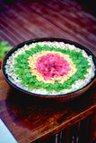 Asiatiskt blommapotpurri i en handfat Royaltyfria Bilder