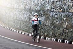 Asiatiskt cykla för flicka Royaltyfria Bilder