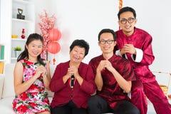 Asiatiskt familjmöte hemma. Royaltyfri Fotografi