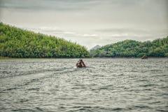 Asiatiskt fartyg för lång svans på sjön i berg: Loei Thailand Fotografering för Bildbyråer