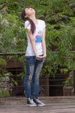Asiatiskt flickaanseende bland sidor Arkivfoton