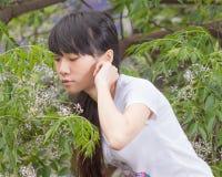 Asiatiskt flickaanseende bland sidor Royaltyfri Fotografi