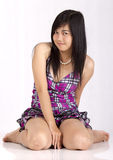 Asiatiskt flickasammanträde på golv Royaltyfria Bilder