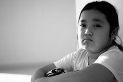 Asiatiskt flickasammanträde på golv hemma Conc pennalism och isolering Royaltyfri Foto