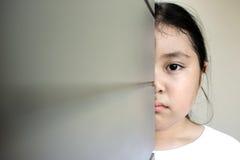 Asiatiskt flickasammanträde på golv hemma Conc pennalism och isolering Royaltyfria Bilder