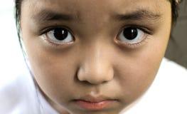 Asiatiskt flickasammanträde på golv hemma Conc pennalism och isolering Arkivfoton