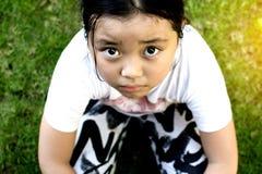 Asiatiskt flickasammanträde på golv hemma Conc pennalism och isolering Royaltyfri Bild