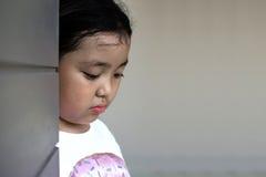 Asiatiskt flickasammanträde på golv hemma Conc pennalism och isolering Royaltyfria Foton
