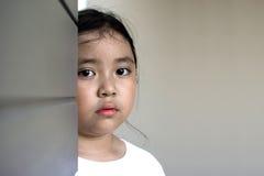 Asiatiskt flickasammanträde på golv hemma Conc pennalism och isolering Fotografering för Bildbyråer