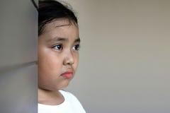 Asiatiskt flickasammanträde på golv hemma Conc pennalism och isolering Arkivbild